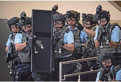 圖為上月11日香港警察進行反恐演習。(ANTHONY WALLACE/AFP/Getty Images)