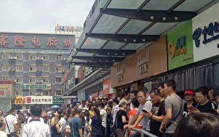 6月23日,位于丰台区的亿客隆市场200余名商户发起维权行动。(受访者提供)