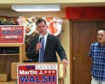 波士顿市长华殊(Martin Walsh)参加筹款会。右为黄氏主席黄仁宇。(廖述祥/大纪元)
