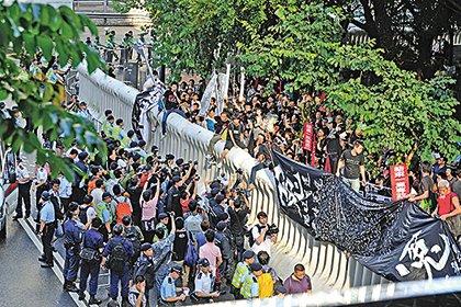 辛子陵指習訪港保安森嚴,並非針對示威人士,而是防範江派的謀殺企圖。圖為2012年6月29日胡錦濤訪港晚宴外的示威。(大紀元元資料圖片)