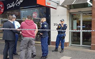 悉尼垦思地方警察总局警探在现场进行问询和调查。(陆阳/大纪元)