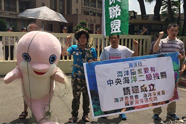 在底拖網與流刺網漁業行為及填海造陸等影響下,台灣特有種台灣白海豚數目剩不到75隻,已屬極度瀕危。(徐翠玲/大紀元)