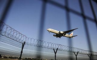 为严防官员与资金外逃,中国官方下令在全国范围内,严控公务员和国企干部出境,而副处级以上官员一年一度因私出境许可亦被取消。图为北京首都机场一景。(WANG ZHAO/AFP/GettyImages)