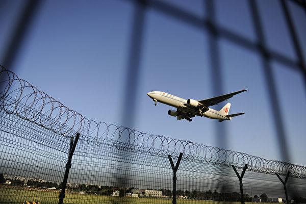 為嚴防官員與資金外逃,中國官方下令在全國範圍內,嚴控公務員和國企幹部出境,而副處級以上官員一年一度因私出境許可亦被取消。圖為北京首都機場一景。(WANG ZHAO/AFP/GettyImages)