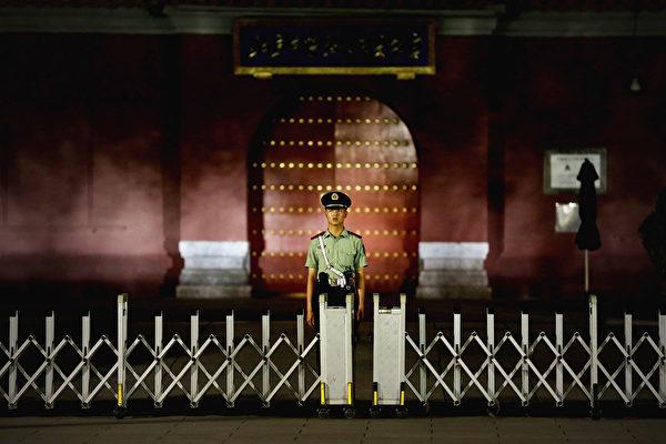 """习近平""""七一""""访港前的敏感时刻,同北京高层有关联的港媒放风王岐山或汪洋将进入十九届常委会接掌人大,释放的政治信号令人关注。与之形成鲜明对比的是,负责港澳事务的江派常委张德江近期正遭到习阵营多路围剿。(Feng Li/Getty Images)"""