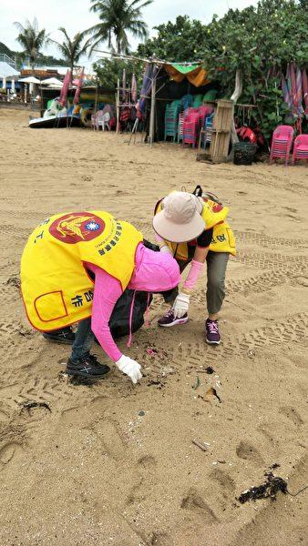 6月15日警察节当天早上,恒春警察分局的员警到垦丁南湾净滩,过了一个特别的警察节。(恒春警分局提供)
