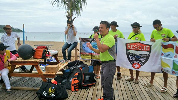 威鲸救难协会的人员,现场指导波丽士大人们有关海滩的急救程序。(恒春警分局提供)