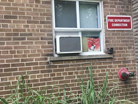 几年前,彭氏夫妇(Dot 与Paul Pang)入住玫瑰谷路1号,他们是来自中国的移民,也是这栋公寓入住的第一对亚裔租客。(摄影:滕冬育/大纪元)