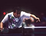 中国国家乒乓球男队队员及教练集体弃赛、声援前总教练刘国梁的行为,正在引发后续效应。图为1996年亚特兰大奥运会上刘国梁比赛照片 (Photo by Mark Sandten/Bongarts/Getty Images)