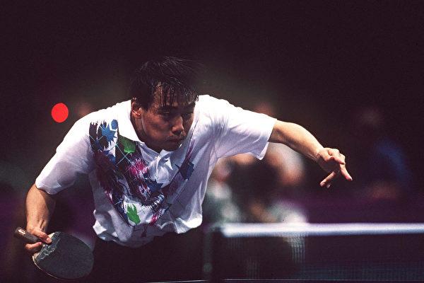 中國國家乒乓球男隊隊員及教練集體棄賽、聲援前總教練劉國梁的行為,正在引發後續效應。圖為1996年亞特蘭大奧運會上劉國梁比賽照片 (Photo by Mark Sandten/Bongarts/Getty Images)