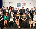 """6月27日,第9届加拿大""""最杰出25位移民奖""""的部分获得者在多伦多合影,包括香港移民陆炳雄(前排左三)。(大纪元)"""
