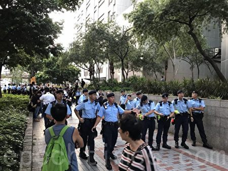 支联会成员游行到湾仔电讯大厦后,试图离开示威区,前往寻找习近平。警方要求附近的市民离开,并封锁行人道,以阻止示威者前进,(李逸/大纪元)