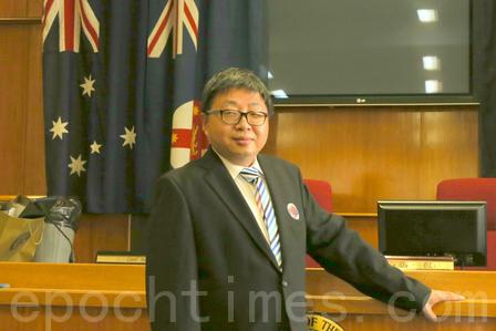 悉尼Parramatta市華裔市議員John Hugh介紹道:「去年中共領事館找我說,神韻裡面包含政治的東西,要求我不可以再來看,也不可以給神韻寫賀信,今年我照樣寫賀信,而且我現在就在這裡,答案很顯然。」(駱亞/大紀元)