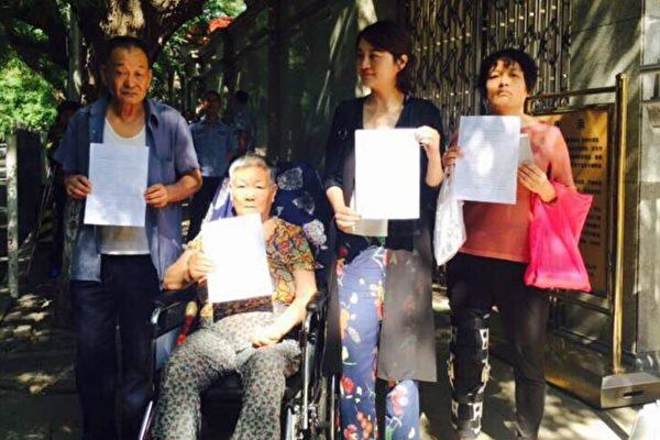 王全璋家人去1日去最高法院遞交控告信被拒。(知情人提供)