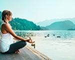 冥想。年輕女子在湖邊沉思。(Fotolia)