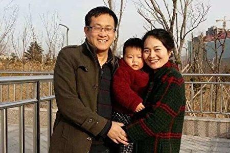 中國維權律師王全璋被抓捕至今,仍下落不明。圖為王全璋一家合影。 (網路圖片)