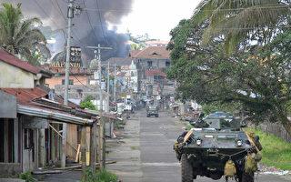 菲律賓軍方空襲南部1座城市的伊斯蘭主義好戰分子,反而造成10名菲軍陣亡。圖為5月30日,攻擊直升機朝馬拉韋部分地區發射火箭。(TED ALJIBE/AFP)