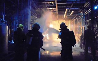 31日晚間11點高雄李長榮化工小港廠傳化學液體外洩,引發火警,警消搶救中。(高雄市消防局提供)