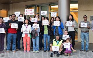 5月31日,苗必达市民抗议市府对纽比垃圾场扩容做出不起诉决定。(梁博/大纪元)