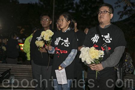 6月3日晚,在华埠花园角民众向民主女神像献花和蜡烛,纪念六四28周年。(曹景哲/大纪元)