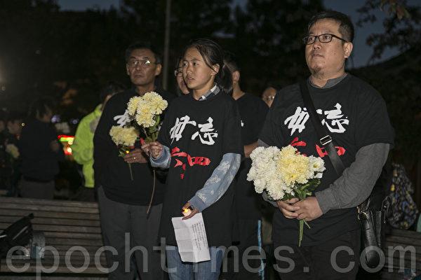 6月3日晚,在華埠花園角民眾向民主女神像獻花和蠟燭,紀念六四28週年。(曹景哲/大紀元)