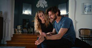 女星泰瑞莎‧帕玛(左)与麦可‧俞斯曼主演的时空题材悬疑爱情电影《2:22》剧照。(甲上提供)