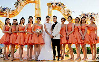 安以轩与新郎陈荣炼完成夏威夷婚礼,与10为美丽的伴娘合影。(安以轩工作室提供)