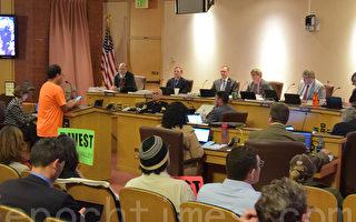 桑尼维尔市民6月6日在城市年度预算听证会上发言,希望市府为解决飞机噪音分配预算。(梁博/大纪元)