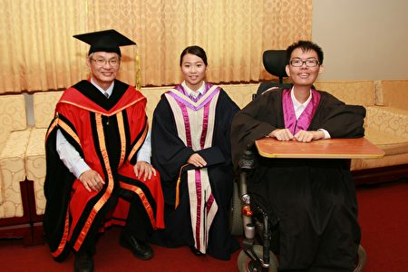 中正大學校長馮展華(左)與國考狀元葉芮羽、總統教育獎陳祐明(右)合照。(中正大學提供)