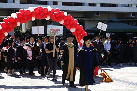 嘉義大同技術學院105學年度各學制畢業生共計757位,畢業典禮由女博士校長陳美菁(前)帶領,特別吸睛。(嘉義大同技術學院提供)