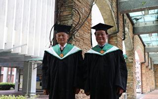 台北医学大学今天举行毕业典礼,邀毕业50年的校友回母校参加毕典,其中一对兄弟档翁安昌(左)与翁寿男(右),重返母校披上博士袍,象征走过半世纪,传承医者精神。(北医大提供)