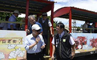 交通部長賀陳旦(左)搭乘台糖小火車,視察雲林糖鐵復駛計畫。(雲林縣府提供)