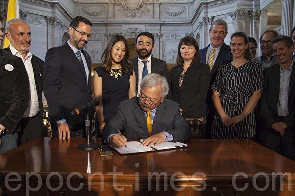6月13日,舊金山市長李孟賢(Ed Lee)在市政廳簽署了名為HOME-SF的法案成為法律,該法將令中產收入家庭受益。(周鳳臨/大紀元)