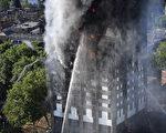 6月14日凌晨,伦敦24层的格伦费尔大厦发生大火,整栋公寓楼完全被大火吞噬。图为消防车进行灭火。(Leon Neal/Getty Images)