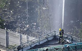 6月14日凌晨,伦敦24层的格伦费尔大厦发生大火,整栋公寓楼完全被大火吞噬。图为消防员疲于灭火。(Leon Neal/Getty Images)