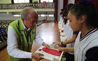 台塑企業麥寮管理部副總經理陳文仰親自頒獎給獲獎學生。(台塑提供)