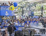 6月15日上午,加州奥克兰市为再次捧得NBA总冠军奖杯的金州勇士队举行庆功大游行,有近200万球迷参加。(曹景哲/大纪元)