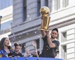 球队主力30号库里(Stephen Curry)则手捧总冠军奖杯,与着妻子和两个女儿一起接受球迷们的致意。(曹景哲/大纪元)