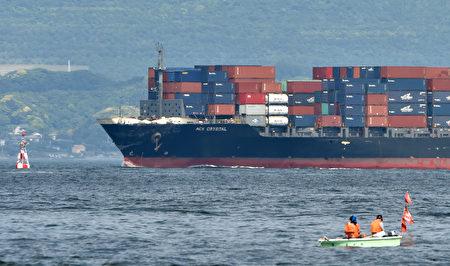 美国海军驱逐舰费兹杰罗号17日凌晨在日本东京湾南方与菲律宾籍商船相撞。图为菲律宾籍商船受损情况。(KAZUHIRO NOGI/AFP)