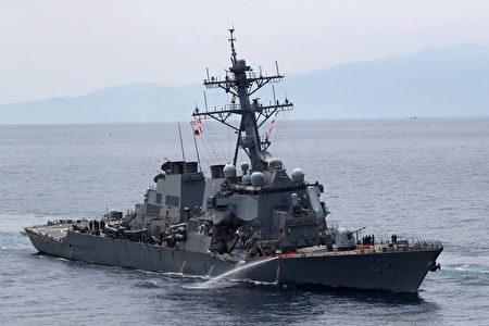美国海军驱逐舰费兹杰罗号17日凌晨在日本东京湾南方与菲律宾籍商船相撞,舰上7人失踪。图为费兹杰罗号受损情况。 (STR/JIJI PRESS/AFP)