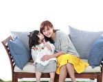 """台湾网红""""那对夫妻""""再推新歌,此次是以老婆Nico(品筠)与女儿妮妮一同合唱。(超人气娱乐提供)"""
