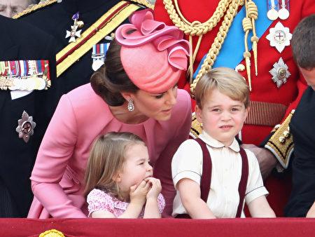 2017年6月17日,伦敦举行英女王伊利沙伯二世91岁官方生日庆祝活动,乔治小王子与夏洛特小公主特别抢镜。(Chris Jackson/Getty Images)