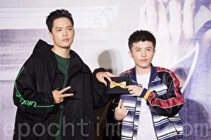 新人歌手J.Sheon(左)6月19日在台北出席媒體見面會,歌手小宇(右)站台並送上金領結為他加油打氣。(陳柏州/大紀元)