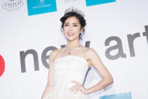 藝人任容萱6月19日在台北身穿一襲浪漫白紗亮相,走秀展演價值高達新台幣2億元的皇冠。(陳柏州/大紀元)