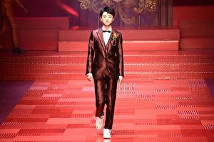 2017年6月17日,王俊凯在米兰时装周领衔走T台。(MIGUEL MEDINA/AFP/Getty Images)