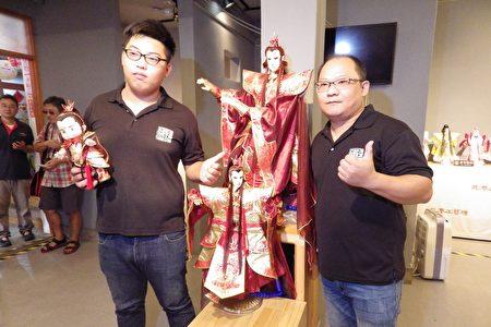 徐建彰与儿子徐伯俊 一起为布袋戏传统产业打拼。(廖素贞/大纪元)