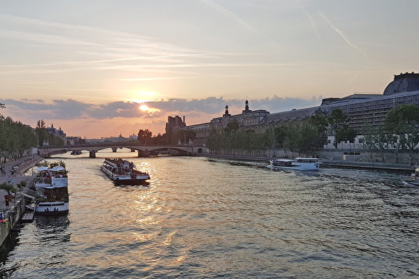 夕阳余晖下的塞纳河。(关宇宁/大纪元)