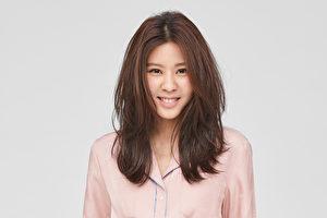蕭敬騰同門師妹Erika(圖),為出演《深夜食堂》的徐嬌「代唱」《小世界》,新歌點播率也跟著大增。(華納提供)