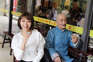 她在北京宣傳空檔還是抽空逛街飽覽當地美景,還不忘與街頭銅人拍合照。(種子音樂提供)