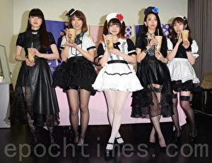 金曲售票演唱會Showcase日本女子團體BAND-MAID於2017年6月23日在台北排練,並在現場品嚐珍珠奶茶。(黃宗茂/大紀元)